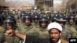 صحنه ای از تظاهرات در ایران در حمایت از ناآرامی های بحرین
