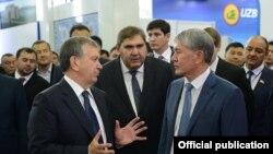 Özbegistanyň prezidenti Şawkat Mirziýoýew (ç) we Gyrgyzystanyň prezidenti Almazbek Atambaýew (s), Daşkent, 5-nji oktýabr, 2017.