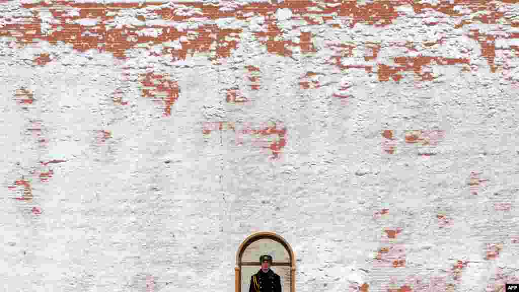 A presidential regiment soldier guards the Tomb of the Unknown Soldier just outside the snow-clad Kremlin wall in Moscow. (Photo by Kirill Kudryavtsev for AFP)