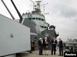 """Премьер-министр Великобритании Дэвид Кэмерон на палубе фрегата """"Белфаст"""" вместе с ветеранами Второй мировой войны"""
