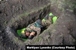 Боец украинского добровольческого батальона спит в окопе. Иловайск, август 2014. Фотограф Маркиян Лысенко