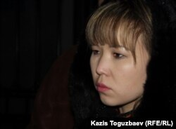 """Алия Турусбекова, жена лидера оппозиционной партии """"Алга"""", стоит возле тюрьмы КНБ в ожидании свидания с арестованным мужем. Алматы, 26 января 2012 года."""