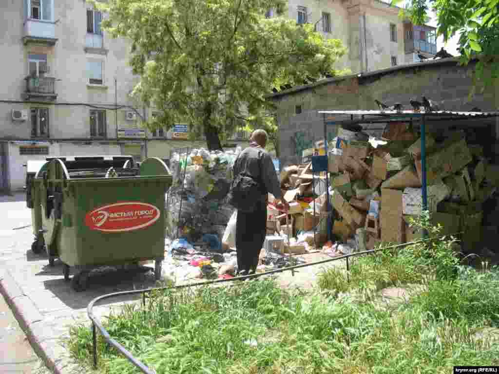 Двір житлового будинку в самому центрі міста по вул. В. Морська. Тут розташоване кафе «Челентано», яке, за спостереженням мешканців будинку, утворює найбільше сміття в цьому дворі.