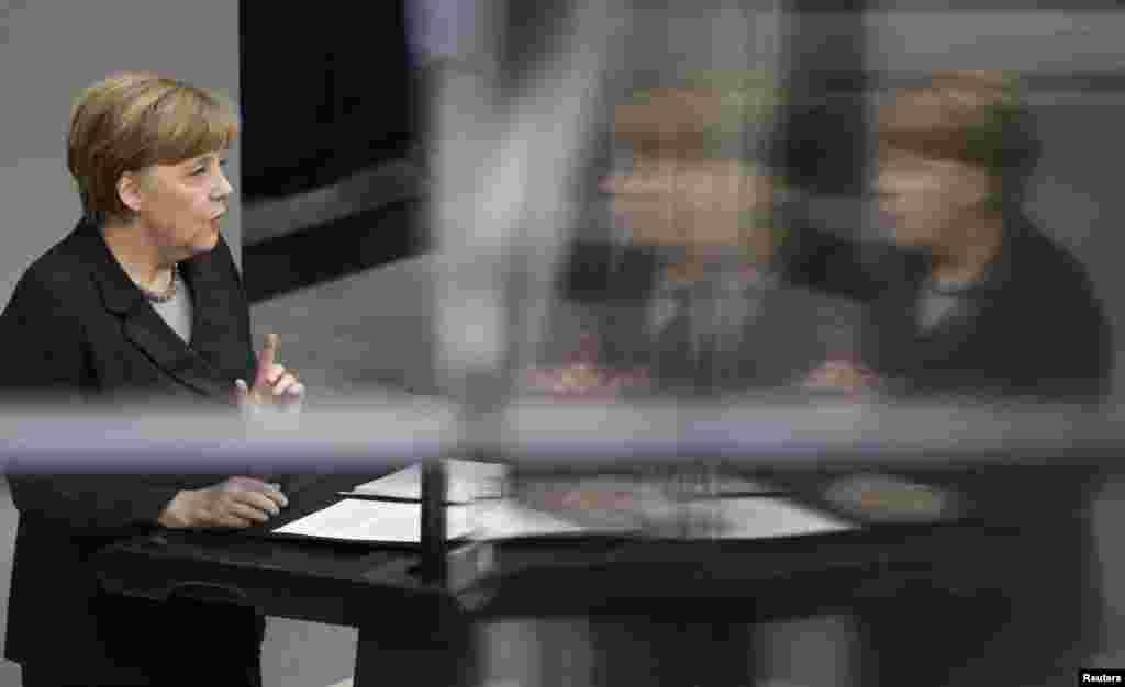 13 наурызда бундестагта сөйлеген Германия канцлері Ангела Меркель Ресей Украинадағы тұрақтылықты қалпына келтіруге септесер серіктес болудың орнына, бұл елдегі қиын жағдайды өз мақсат-мүддесіне пайдаланып қалуды жөн көріп отыр деп мәлімдеді. Қырымдағы соңғы іс-әрекеттерінің саяси және экономикалық салдары Ресейгетым ауыр соғуы мүмкін деп ескертті Меркель. Украина территориясының тұтастығы ешқандай шүбә туғызбауы тиіс деп мәлімдеген Меркель Қырымға ресейлік әскерилерді орналастыру халықаралық құқық нормаларын тікелей бұзу болып табылады деп атап өтті.