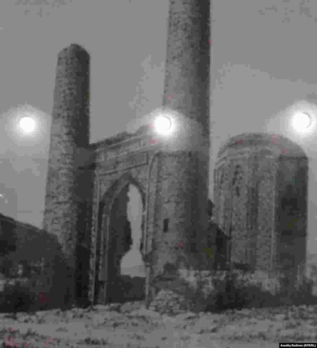 Mömünə Xatun türbəsini həyətinin giriş darvazası