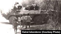 Ош окуясындагы коменданттык саат учурунда биздин айылга кирген танкттар. 1990-жыл июнь