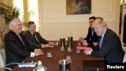 Итали -- Iамеркан пачхьалкхан секретар Тиллерсон Рекс а, Британин арахьарчу гIуллакхийн секретар Джонсон Борис а вахна G7-н арахьарчу гIуллакхийн министрийн цхьаьнакхетаре, Итали, Луча, Оханан-бутт 10, 2017