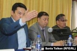 Представитель партии «Нур Отан» Жарас Демеев (слева первый) выступает на собрании с рабочими нефтяной компании ЮВСГ. Актау, 12 февраля 2015 года.