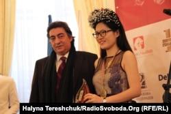 Чотириразова чемпіонка світу з шахів Хоу Іфань і представник ФІДЕ Георгіос Макропулос