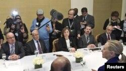 دیدار هیلاری کلینتون، وزیر امور خارجه آمریکا با گروه کوچکی از مخالفان حکومت سوریه در سوئیس.