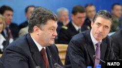 Міністр закордонних справ України Петро Порошенко та генеральний секретар НАТО Андерс Фог Расмуссен під час засідання саміту в штаб-квартири НАТО в Брюсселі, 3 грудня 2009 року