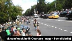 В какой-то момент пришедшие на фестиваль люди, недовольные его отменой, перекрыли движение по части Измайловского проспекта