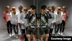Участники китайской группы Acrush позируют перед репетицией в Пекине. 27 апреля 2017 года.