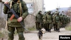 Вооруженные войска, предположительно российские, рядом с украинской базой при Симферополе. 14 марта 2014 года.