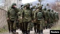 Украиналық әскери база маңында жүрген, ресейдікі деп снаалатын қарулы адамдар. Севастополь, 14 наурыз 2014 жыл.