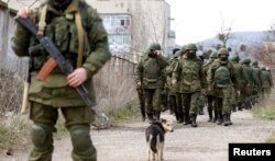 Вооруженные люди без опозновательных знаков у воинской части в селе Перевальное близ Симферополя. 14 марта 2014 года.