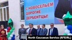 Председатель правительства Дагестана Абдусамад Гамидов вручил ключи жильцам нового дома в Дербенте