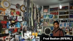 """Торговая точка на """"базаре Обамы"""", в которой продается бывшая в употреблении электроника."""