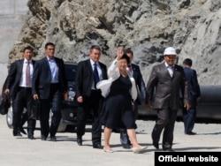 Роза Отунбаева с чиновниками во время посещения гидроэлектрической станции Камбарата-2. Токтогул, 30 августа 2010 года.
