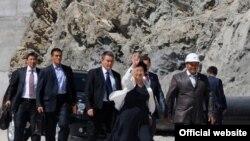 Қамбарота-2 ГЭСини 2010 йил 30 августида Қирғизистон муваққат ҳукумати раиси Роза Ўтунбаева тантанали тарзда очиб берган эди.