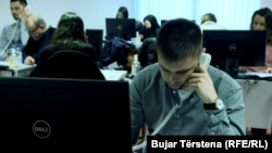 O cale profesională urmată cu cinste, precum cea de mecanic, poate fi mai satisfăcătoare decât o slujbă într-un call center, consideră experții consultați de Europa Liberă.