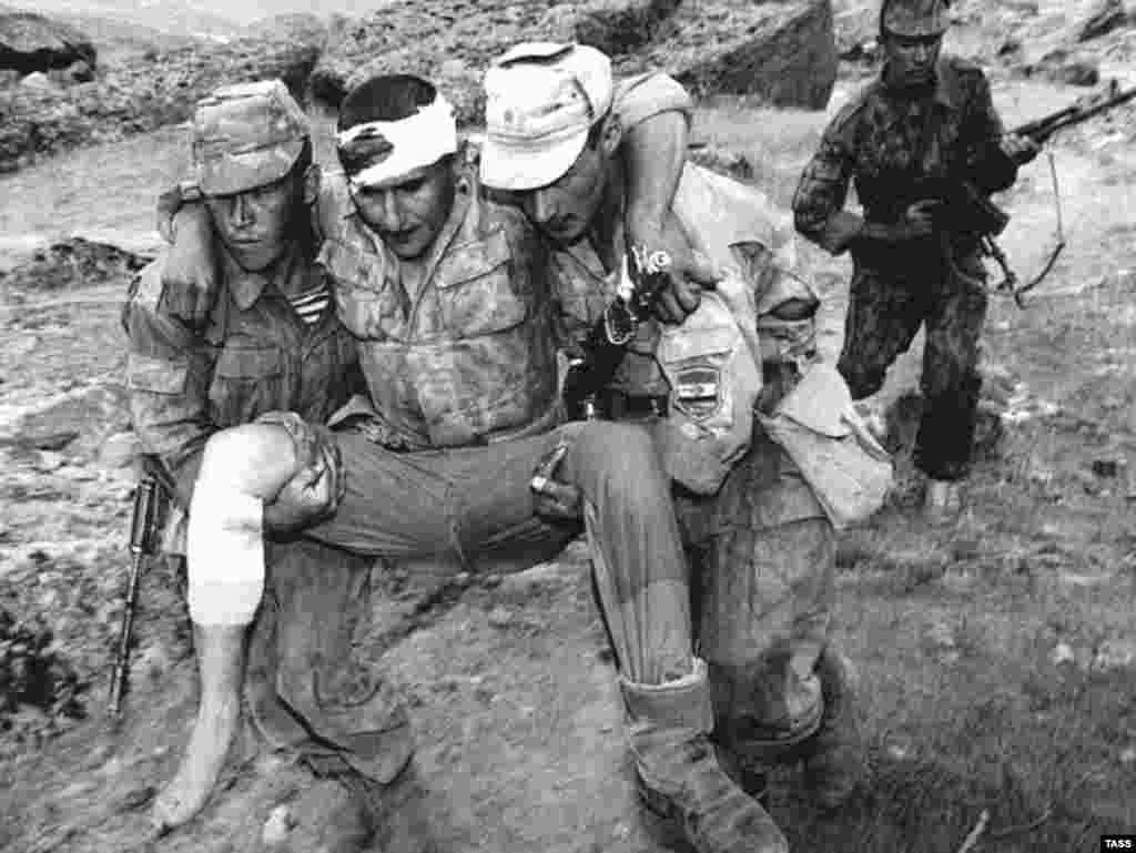 Сарбози захмии Горди президентӣ. Қӯрғонтеппа, 11 августи соли 1997