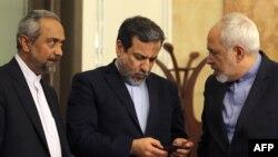Министр иностранных дел Ирана Мохаммад Джавад Зариф (справа), заместитель министра иностранных дел Ирана Аббас Аракчи (по центру) и заместитель министра иностранных дел Ирана по Европе и Америке Маджид Тахт.
