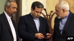 عباس عراقچی (وسط) همراه با محمد نهاوندیان، رئیس دفتر رئیس جمهور ایران و محمدجواد ظریف، وزیر امور خارجه (راست)
