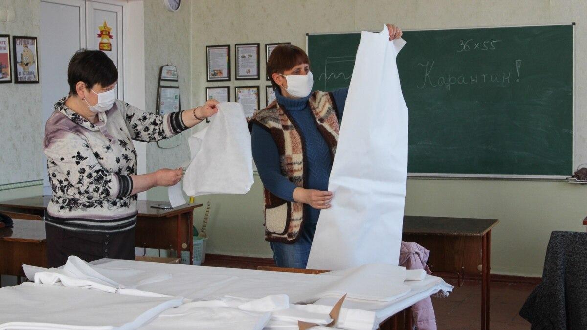 Карантин с пользой. Краматорские учителя шьют медикам зашитные костюмы