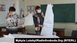 Учителя изучают выкройки костюмов