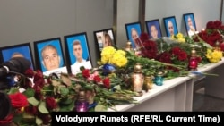 Колеги та близькі загиблих членів екіпажу літака МАУ приносять квіти в аеропорт Бориспіль
