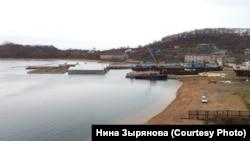 Вольеры на базе передержки в бухте Средняя в Приморье.