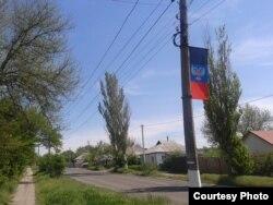 Прапор «ДНР» на вулиці Леніна в окупованому Чистякові