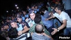 Ոստիկանները բռնություն են գործադրում «Էլեկտրիկ Երևան» ակցիայի մասնակիցների նկատմամբ, արխիվ
