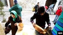 Sarajevo, građani čekaju u redu za hranu u javnoj kuhinji