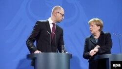 Прем'єр-міністр України Арсеній Яценюк та канцлер Німеччини Анґела Меркель. Берлін, 8 січня 2015 року