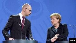 Премьер-министр Украины Арсений Яценюк и Федеральный канцлер ФРГ Ангела Меркель на совместной пресс-конференции в Берлине