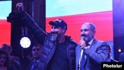 Серж Танкян (слева) и Никол Пашинян на митинге на площади Республики в Ереване, 7 апреля 2018 г.