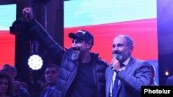 Серж Танкян і Нікол Пашинян на мітингу в Єревані, Вірменія, 7 травня 2018 року