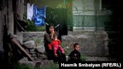 Մայրը երեխաների հետ երևանյան հանրակացարաններից մեկի բակում, արխիվ