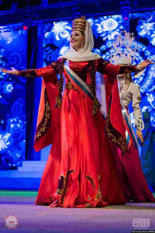 "Представительница Кабардино-БалкарииМилана Тхамокова. Девушка получила корону ""Мисс Кавказа""."