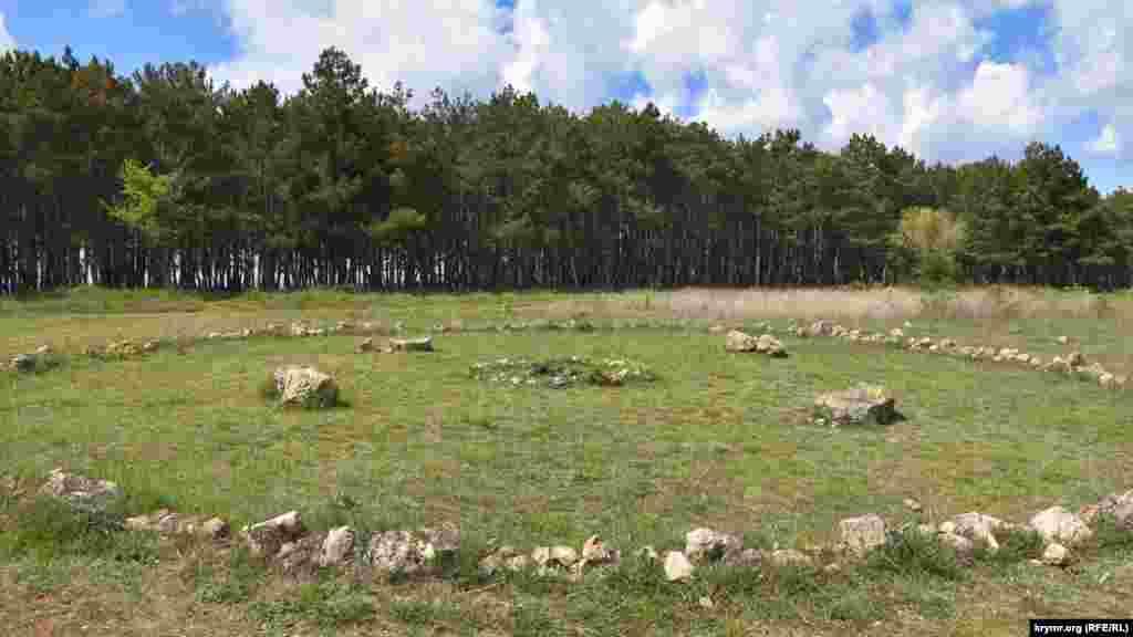 На поляне вокруг кострища выложен круг из камней