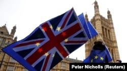 Противники Брекзита с флагами Великобритании и Евросоюза во время акции недалеко от здания британского парламента. Лондон, 14 ноября 2017 года.