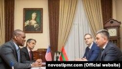 Ambasadorul SUA Dereck J. Hogan și liderul transnistrean Vadim Krasnoselski 31.01.2019