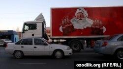 Coca Cola суусундугун ташыган машине. Ташкен, 15-декабрь, 2012