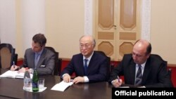 Armenia - Yukiya Amano (C), the director general of the International Atomic Energy Agency (IAEA), at a meeting with Prime Minister Tigran Sarkisian in Yerevan, 18Apr2012.