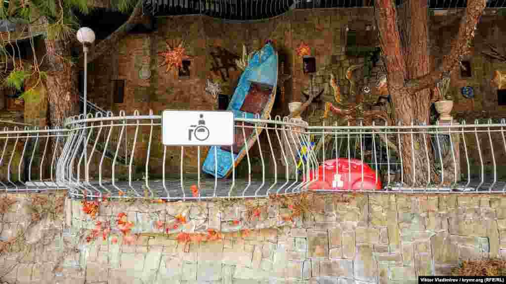 Некоторые заведения привлекают внимание посетителей различными способами: одни установили лодку...