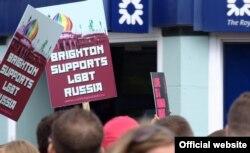 Участники Brighton Pride с плакатами в поддержку российского ЛГБТ-сообщества