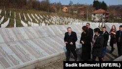 Посол США Морін Кормак відвідує меморіал загиблим у Сребрениці
