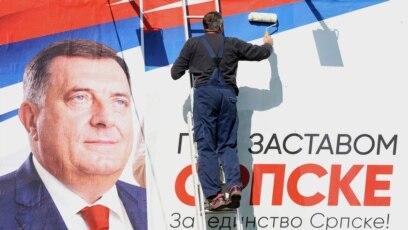 Radnik lijepi izborni plakat Milorada Dodika u Banja Luci, 26. septembar 2018.